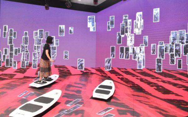渋谷スクランブル交差点の人波サーフィン体験が登場。乗りこなすコツは前をみること